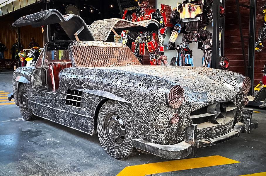 Від Mercedes до Bugatti: в тайському музеї виставили ексклюзивні авто з металобрухту