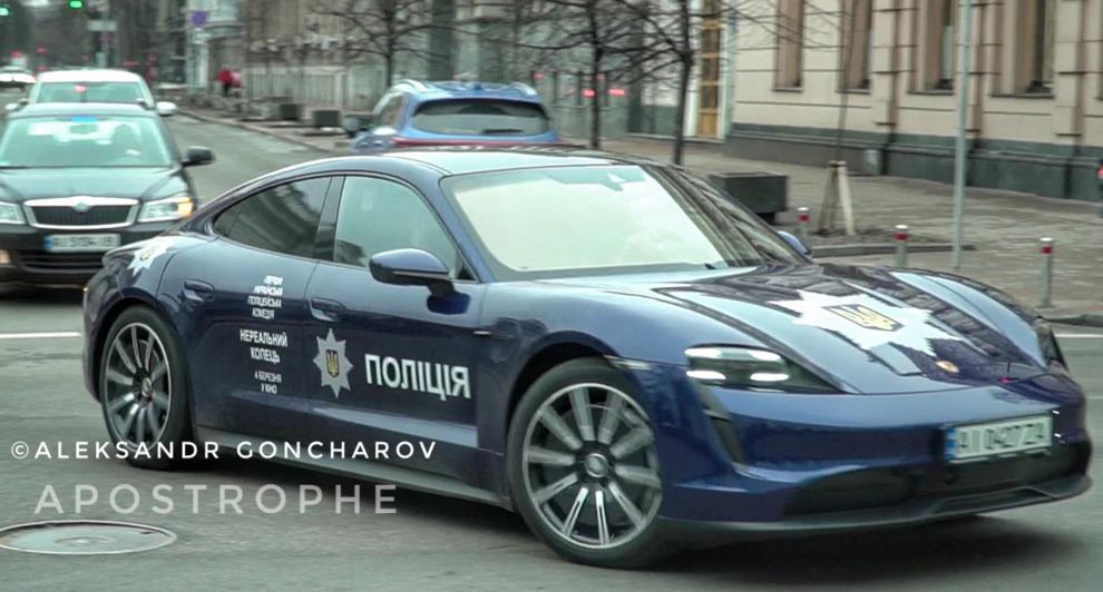 """У Києві електромобіль Porsche Taycan """"одягли"""" у поліцейську ліврею: відео"""