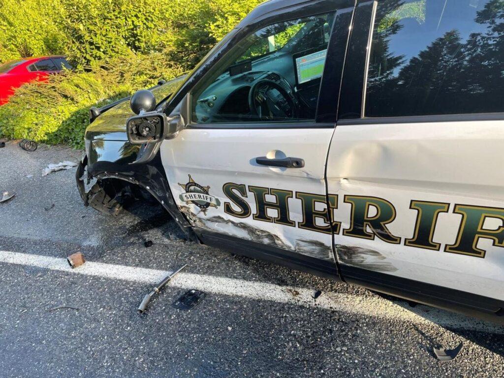 Tesla на автопілоті врізалася у припарковане авто поліцейських: водій обвинувачує електромобіль