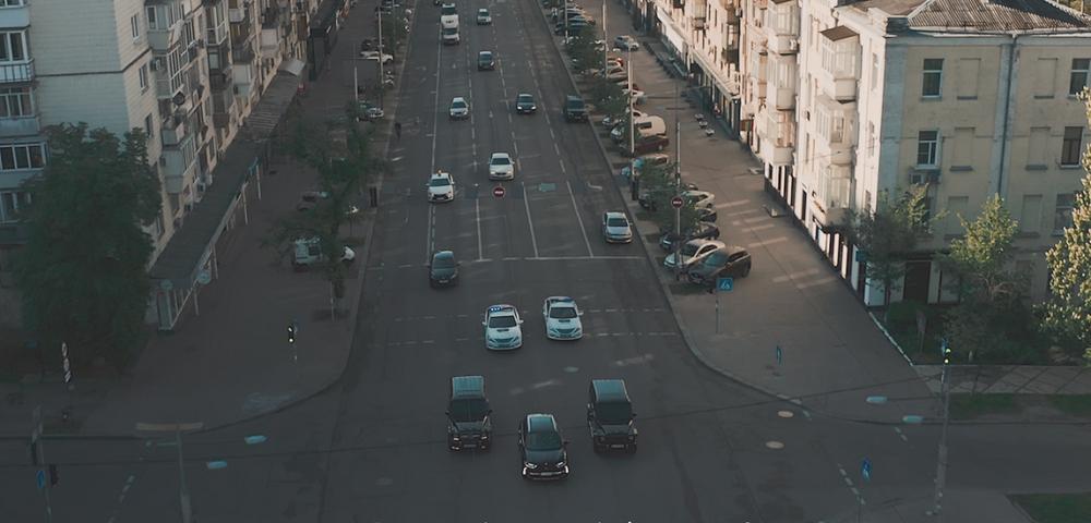 """Відео дня: преміальний кросовер DS 7 Crossback проїхав Києвом у центрі """"Президентського кортежу"""""""