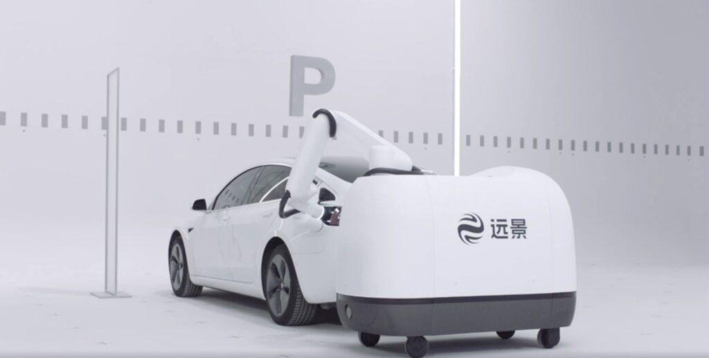 Майбутнє вже поруч: новий робот самостійно знаходить електромобіль та підзаряджає його