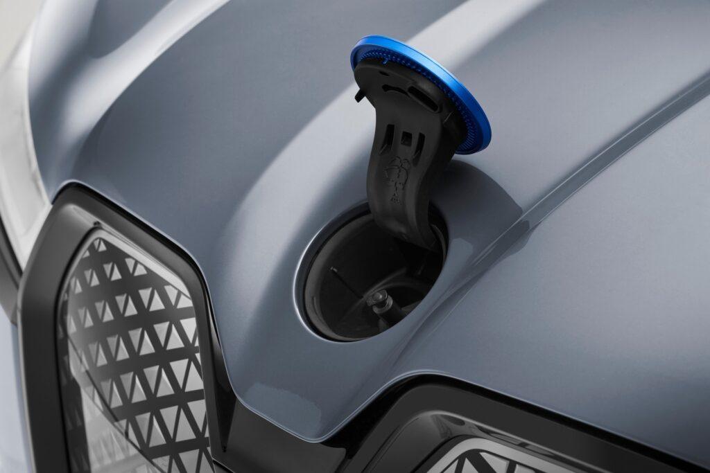 Дешевше, ніж очікували: в Україні оголошено офіційні ціни на новий електромобіль BMW iX