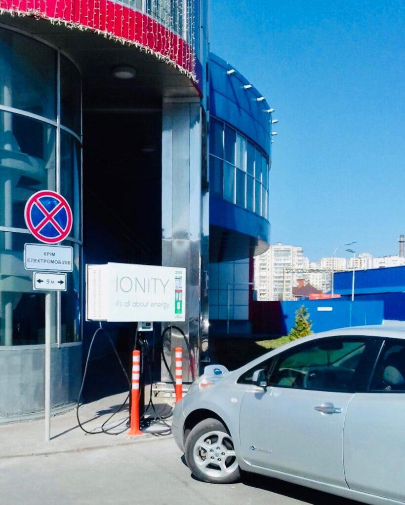 Відео дня: у Хмельницькому електромобіль згорів під час зарядки біля торговельного центру
