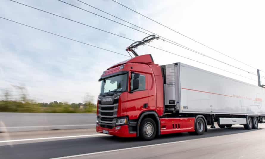 У Великій Британії побудують дорогу з електричною лінією для вантажівок з пантографами