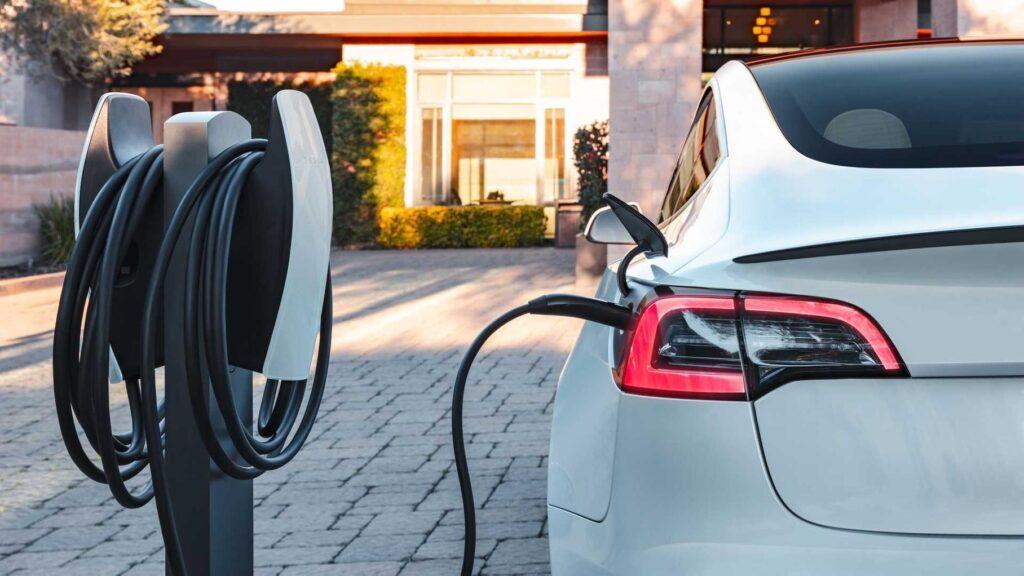 9 грн/км: вартість володіння Tesla Model 3 порівняли з Toyota Camry
