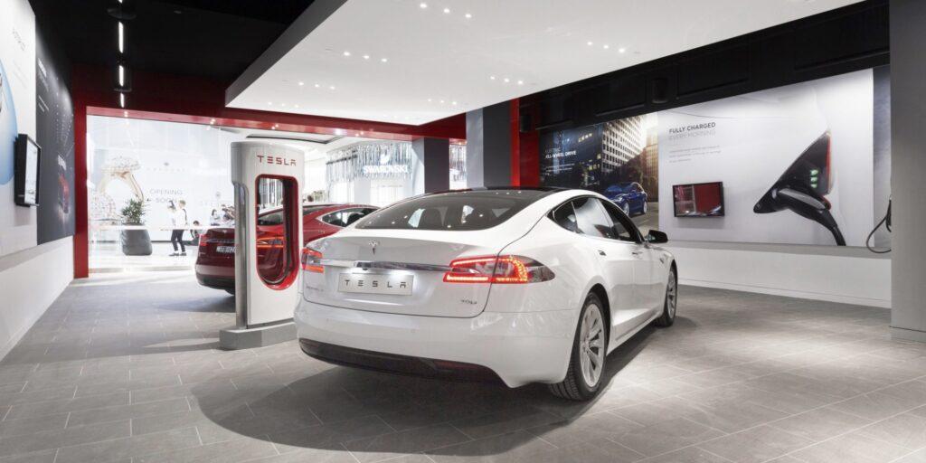 Автосалони та шоуруми – надто дорого: електромобілі Tesla продаватимуть на парковках та складах