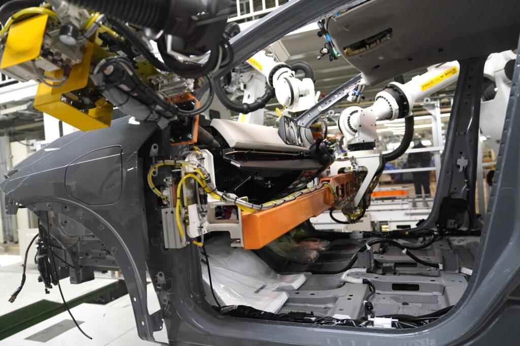 Електромобілі Nissan стали збирати за технологією SUMO: це здешевило виробництво на 10%